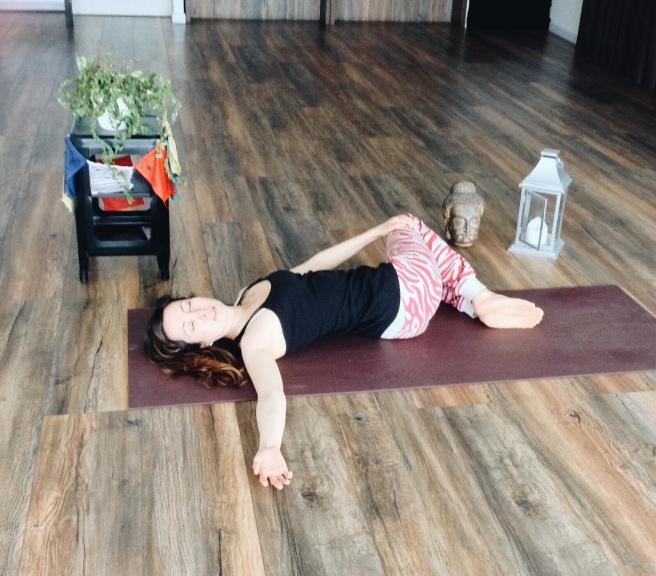 Torsión yoga restaurativo