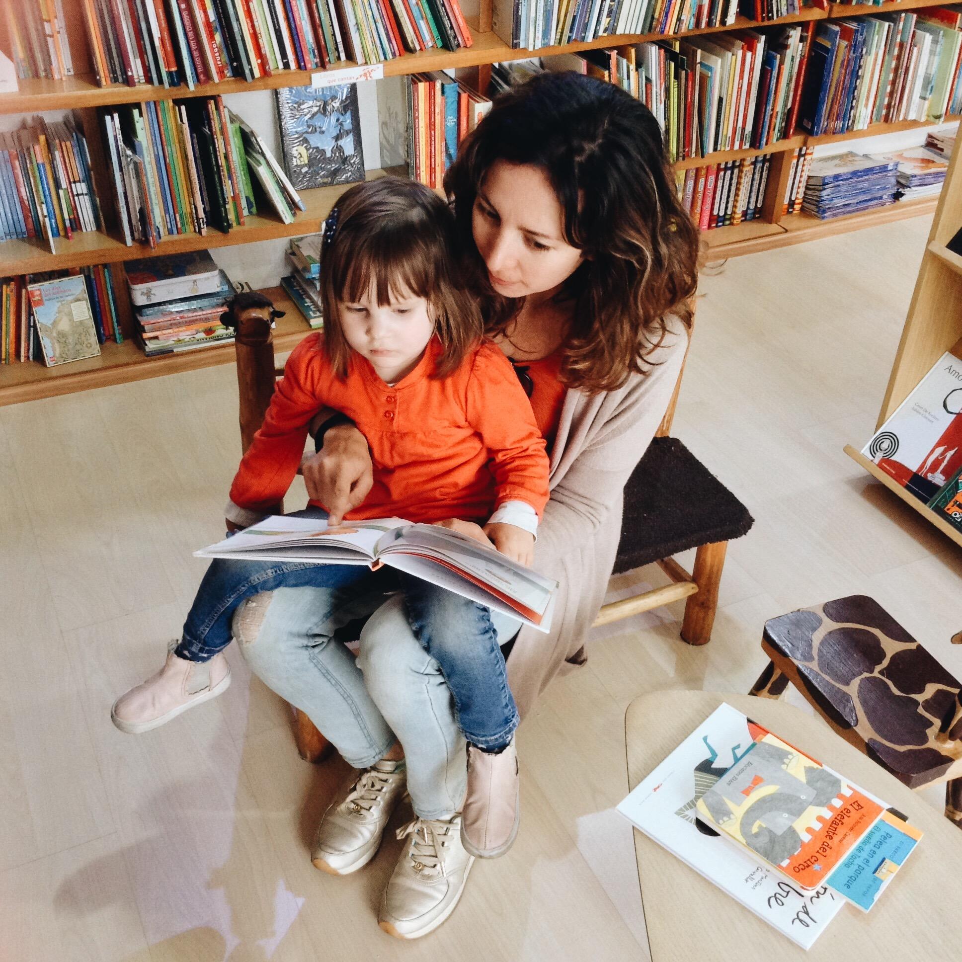leyendo para mi hija