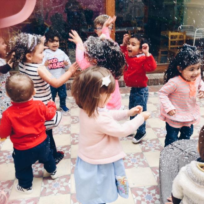 Los niños felices en la fiesta
